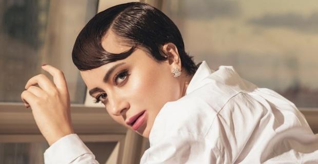 Tuğba Ünal, 'İzler Durur' şarkısı ile 2021'e hızlı bir giriş yaptı