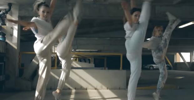 Yalansa Yalan, Gamze Akınödüllü İngiliz dansçılarıTürkçe şarkı ile oynattı Ada sakinleri moral buldu!