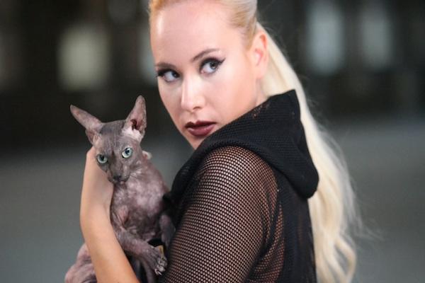 Sobele şarkısıyla giriş yapan Çağla kedisi için evini terketti