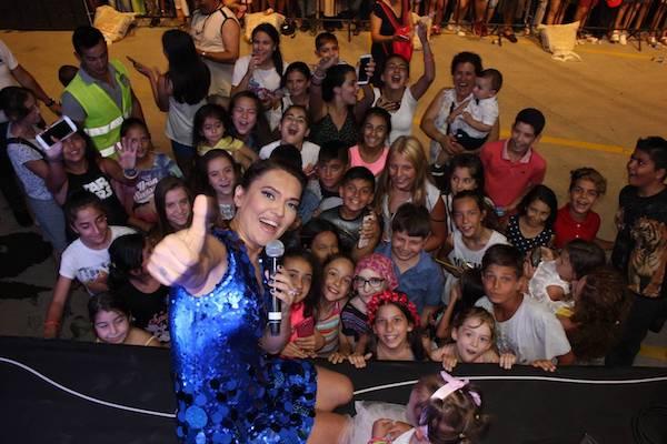 Demet Akalın'dan çocuk hayranlarına selfie