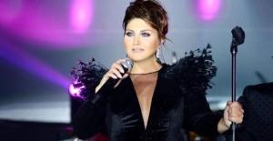 Şarkıcı Sibel Can, sahneye çıkarken dengesini kaybedip yere düştü