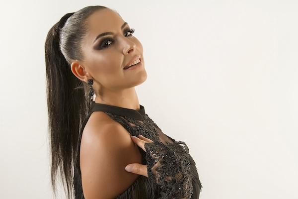 Aysun Taşçeşme Aşık Oldum albümüyle müzik dünyasına giriş yaptı
