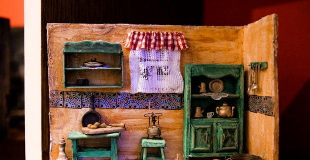 Mısırlı minyatür eşya sanatçısının