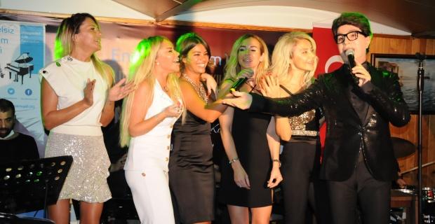 Sosyete hanımları Yılmaz Morgül'le sahnede şarkı söylediler