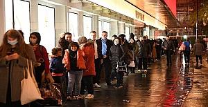 Boris Johnson Noel'i iptal etti, Londra kapandı, duyarsız halk mağazalarda son dakika alışveriş kuyruğuna girdi
